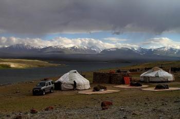 Стоянка кочевников на озере Западной Монголии