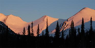Поднебесные Зубья, сибрская тайга, закат, приют Высокогорный, экспедиция по сибирской тайге, лыжный тур по Сибири