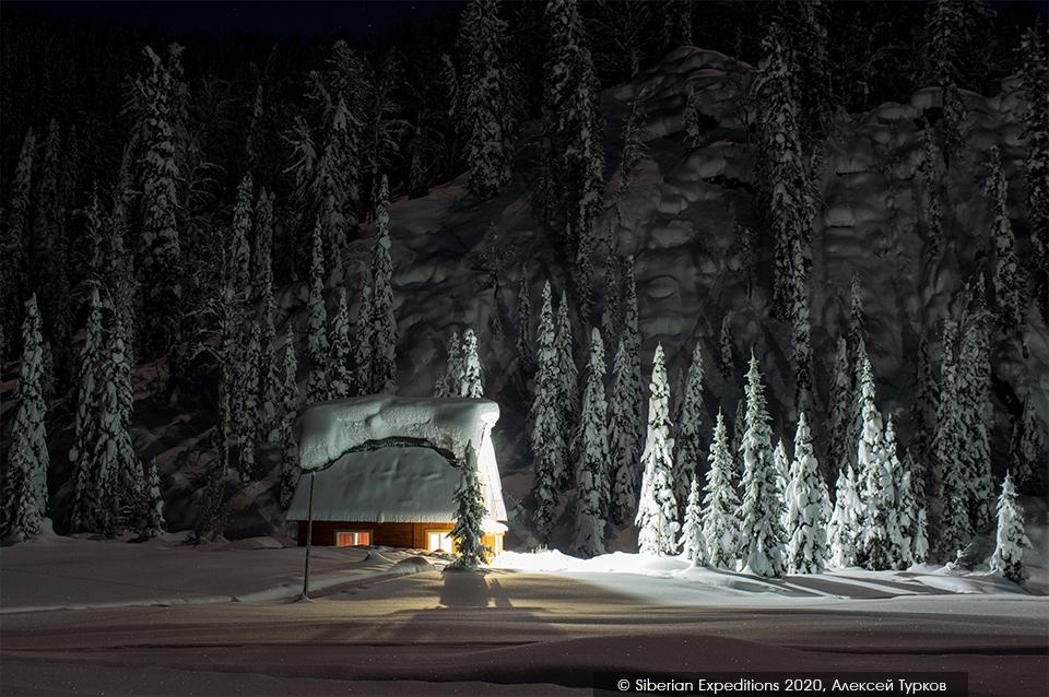 Лыжный тур по Сибири 2020, Поднебесные Зубья. Приют Глухаринный зимней ночью.