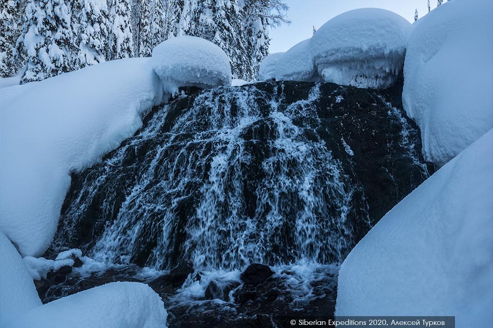 Лыжный тур 2020 по Сибири, Поднебесные Зубья. Незамерзающий водопад
