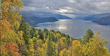 Телецкое озеро в сентябре, осенний Горный Алтай
